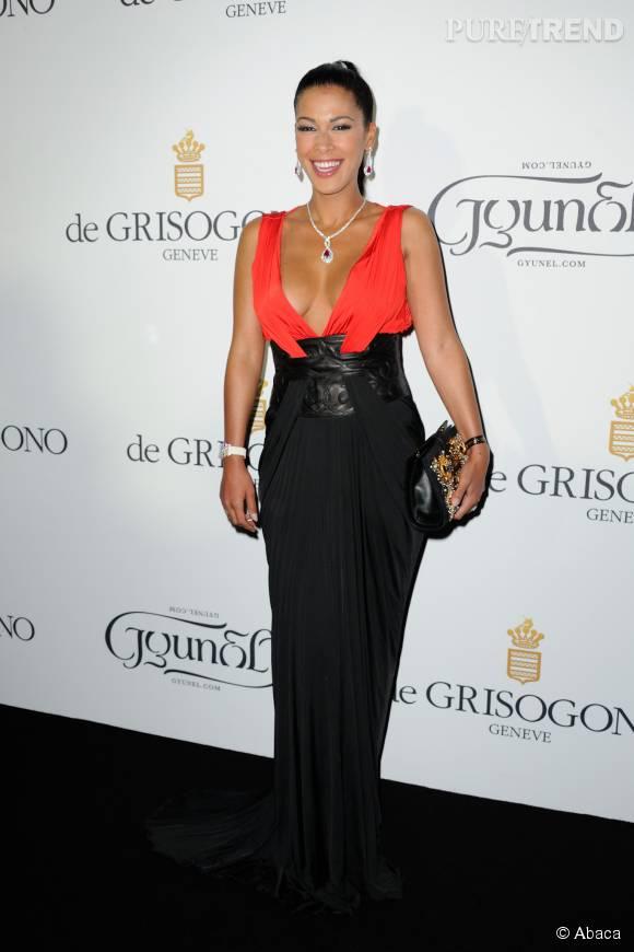 Ayem sublime dans cette robe décolletée rouge et noire.