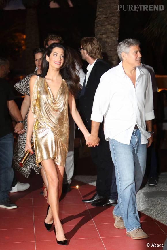 Dans sa robe lamée ultra sexy, la belle Amal a fait des vagues à Ibiza cet été.