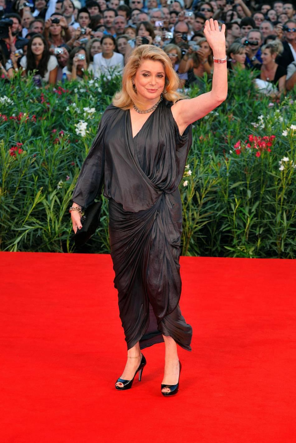 Catherine Deneuve portait déjà cette robe à la Mostra de Venise en 2010.