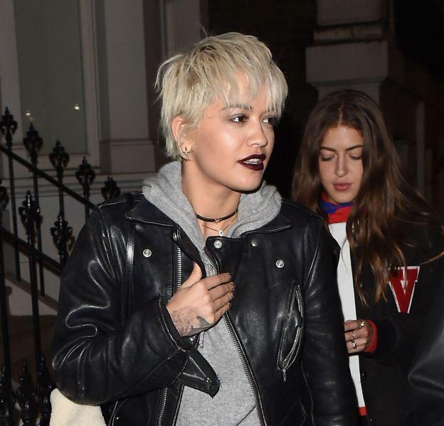 """Rita Ora affiche sa nouvelle coupe """"à la garçonne"""" dans les rues de Londres."""