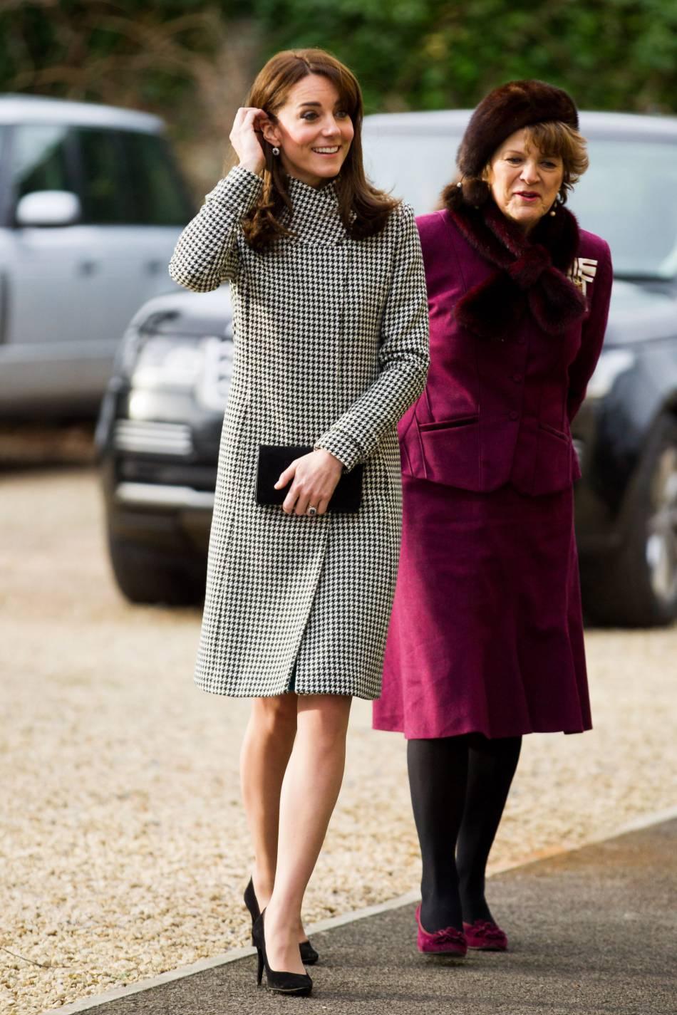 Kate Middleton a recouvert sa robe bleue à l'aide d'un manteau pied-de-poule.