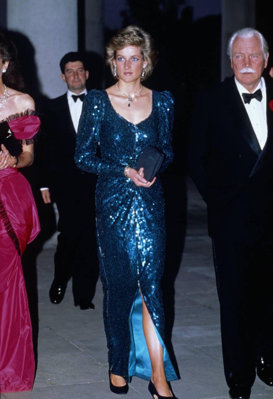 Lady Diana aimait beaucoup les robes colorées et notamment le bleu turquoise.