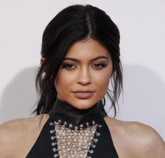 """Kylie Jenner se transforme en mère Noël très sexy pour l'émission """"Christmas in Hollywood""""."""