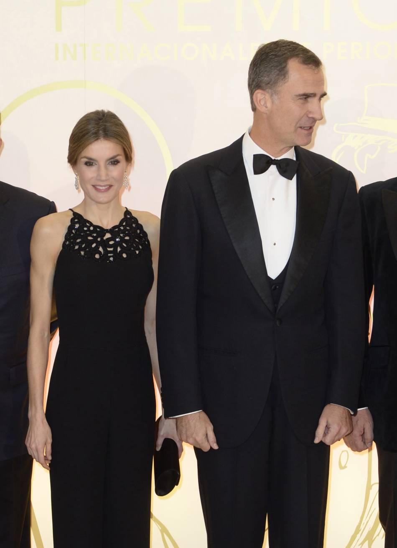 À côté de son mari, le roi Felipe, Letizia a l'air extrêmement fragile.