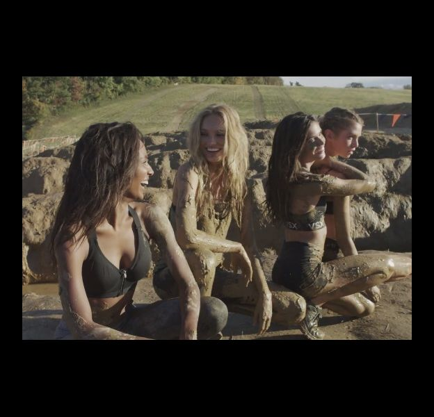 Les Anges Victoria's Secret participent au Tough Mudder le 18 octobre 2015.
