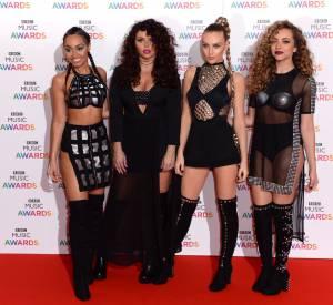 Lingerie apparante, découpes et détails argentés, les Little Mix suivent les tendances de près.