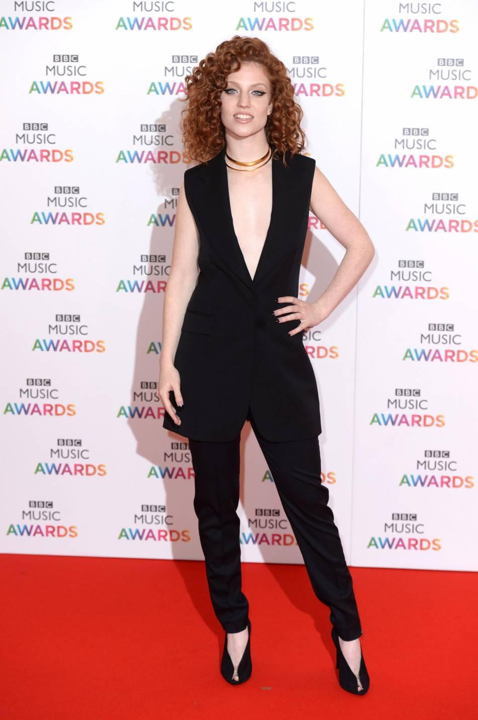 Jesse Glynne, nominée cette année aux BBC Music Awards mise sur un incontournable depuis quelques saisons, la combinaison pantalon décolletée.