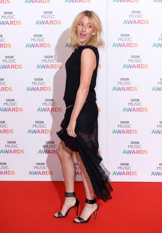 Ellie Goulding fait mouche en robe asymétrique JayAhr.