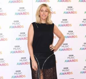 Ellie Goulding séduit dans sa robe à moitié transparente.