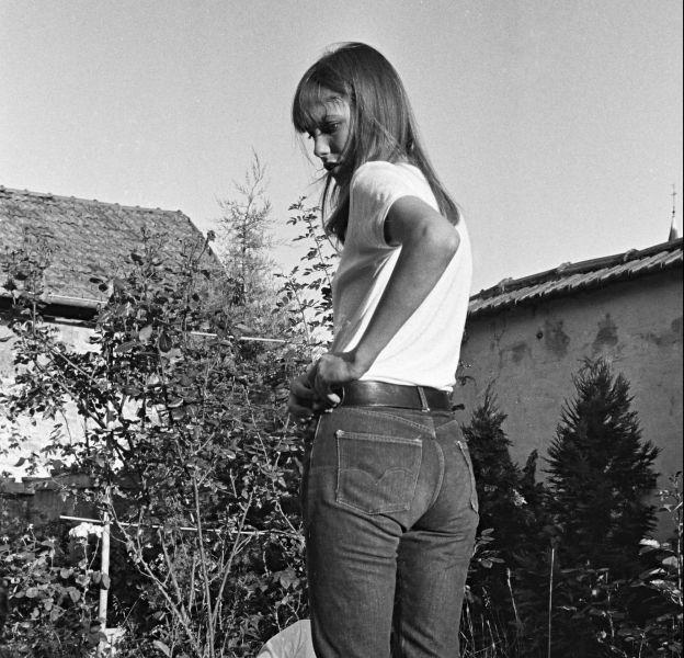 Jane Birkin, en 1968 déjà accro au blue jean et white shirt.