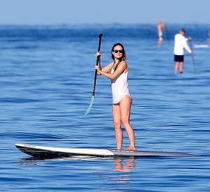 Olivia Wilde en pleine séance de paddle.