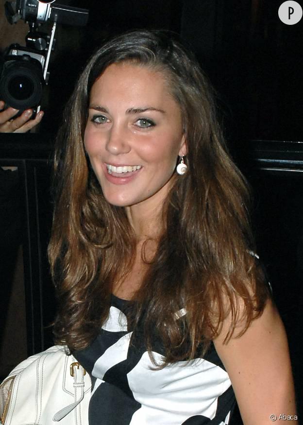 Kate Middleton en 2007, lors d'une soirée passée à Londres avec sa soeur Pippa Middleton.