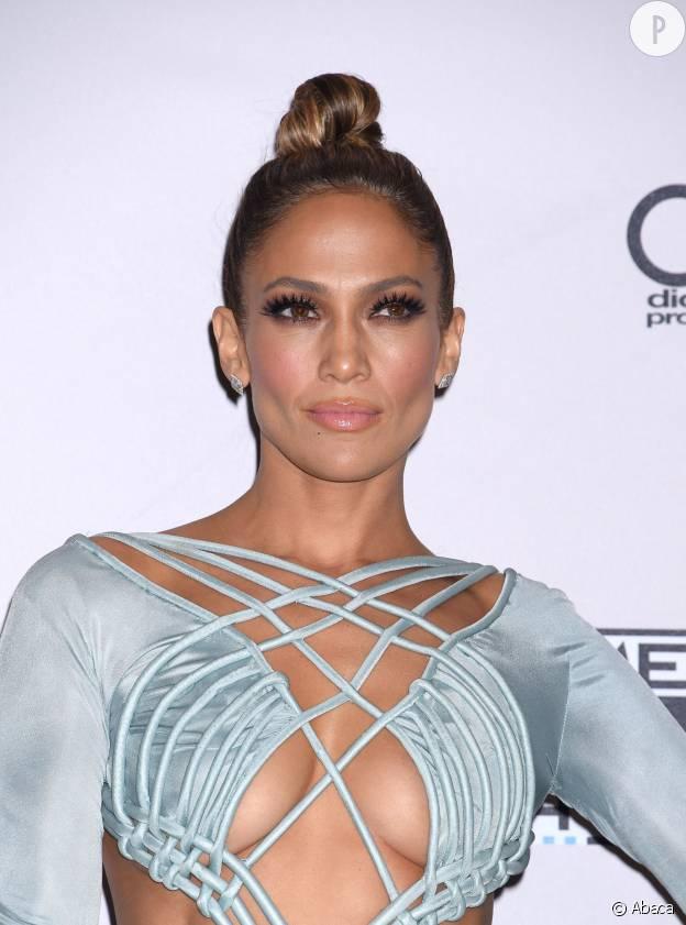 Jennifer Lopez avec un chignon bun samourail.