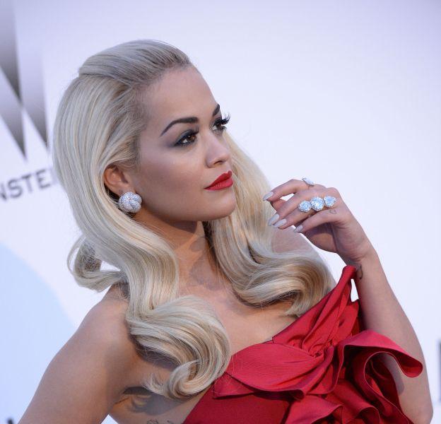 Rita Ora joue les mères Noël très sexy pour Love Magazine.