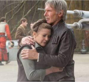 """La présence des héros """"originaux"""" de la saga, ici Han Solo (Harrison Ford) et la princesse Leïa (Carrie Fisher) fait le lien entre tous les épisodes de la saga et rappelle que """"Star Wars"""" est aussi une histoire de famille."""