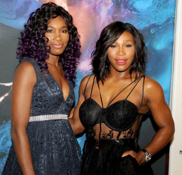 Venus et Serena Williams lors de la soirée organisée par Sports Illustrated en l'honneur de cette dernière le 15 décembre 2015 à New York.