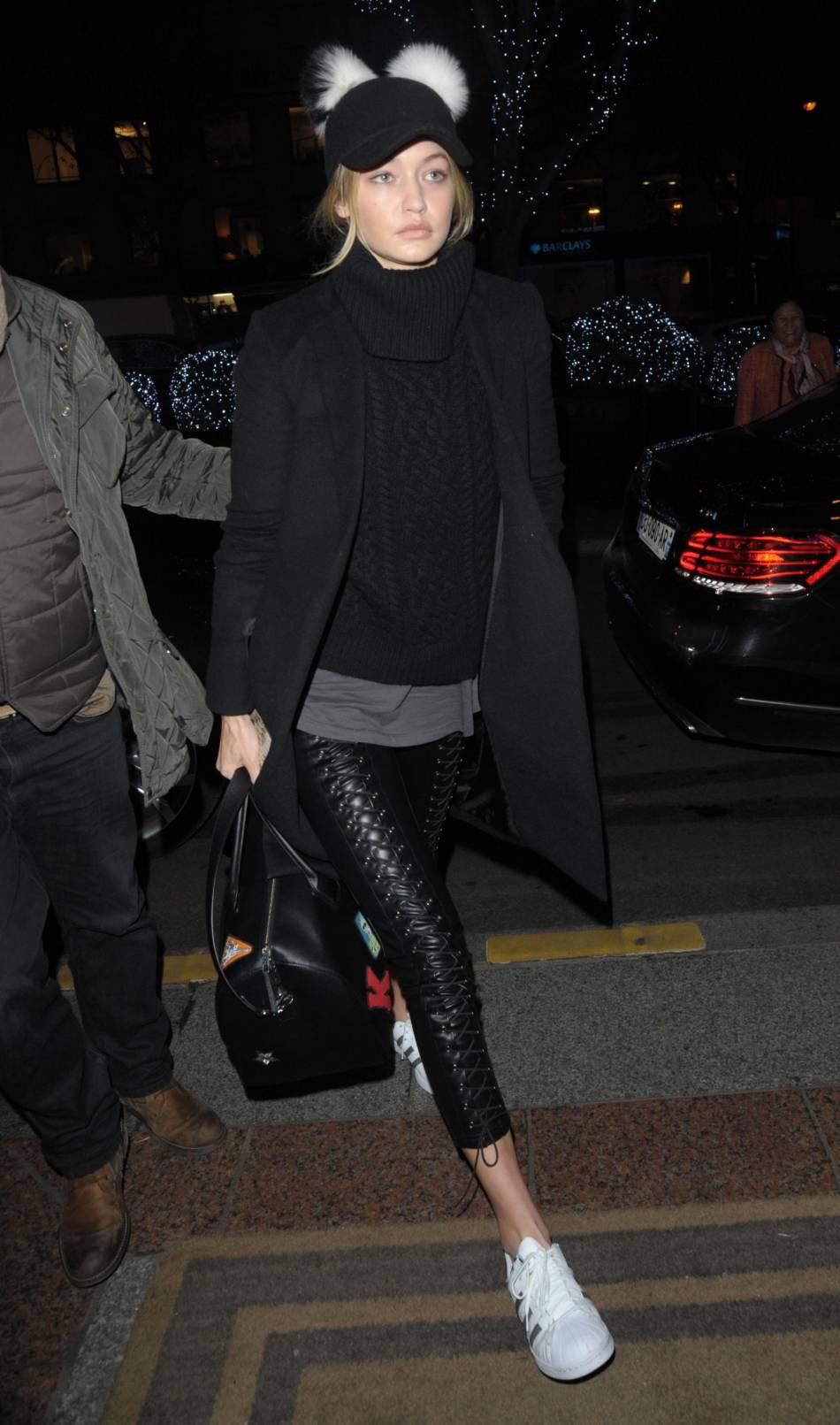 3b3bdc0cc807 Gigi Hadid fait sensation avec son ensemble sportswear chic dans les rues  de Paris le 16