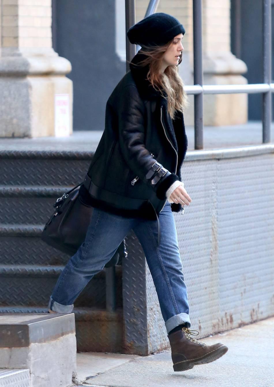 Keira Knightley adopte le jean boyfriend à la perfection.