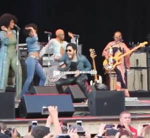Lenny Kravitz déchire son pantalon en cuir en plein concert.