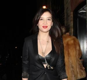Pin-up des temps modernes, elle joue souvent sur le duo rouge et noir glamour.