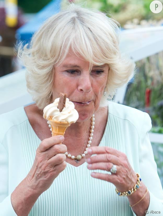 Camilla Parker-Bowles commence tout juste à regretter d'avoir pris une glace devant les photographes.