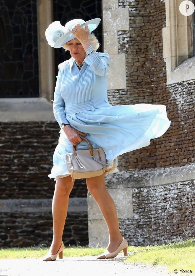 Tenir la robe, le sac ET le chapeau, ça fait beaucoup.