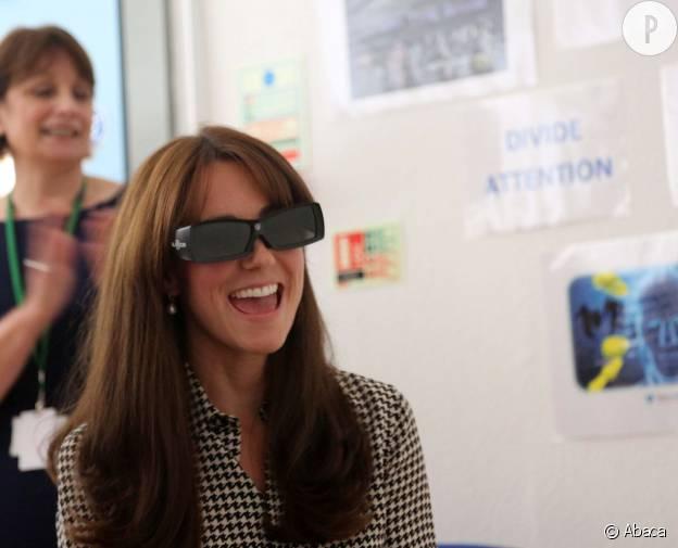 Des lunettes futuristes, et Kate Middleton s'amuse comme une petit folle.