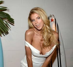 Charlotte McKinney en maillot de bain moulant et décolleté de folie pour Love Magazine.