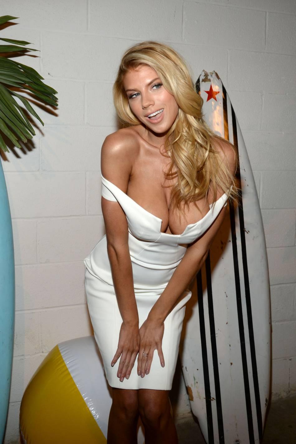 Charlotte McKinney en maillot de bain moulant et décolleté de folie pour  Love Magazine .