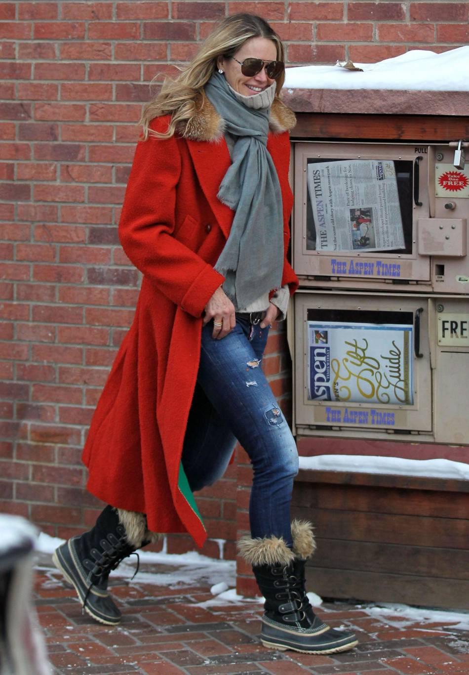 Elle Macpherson dans les rues d'Aspen le 17 décembre 2015.
