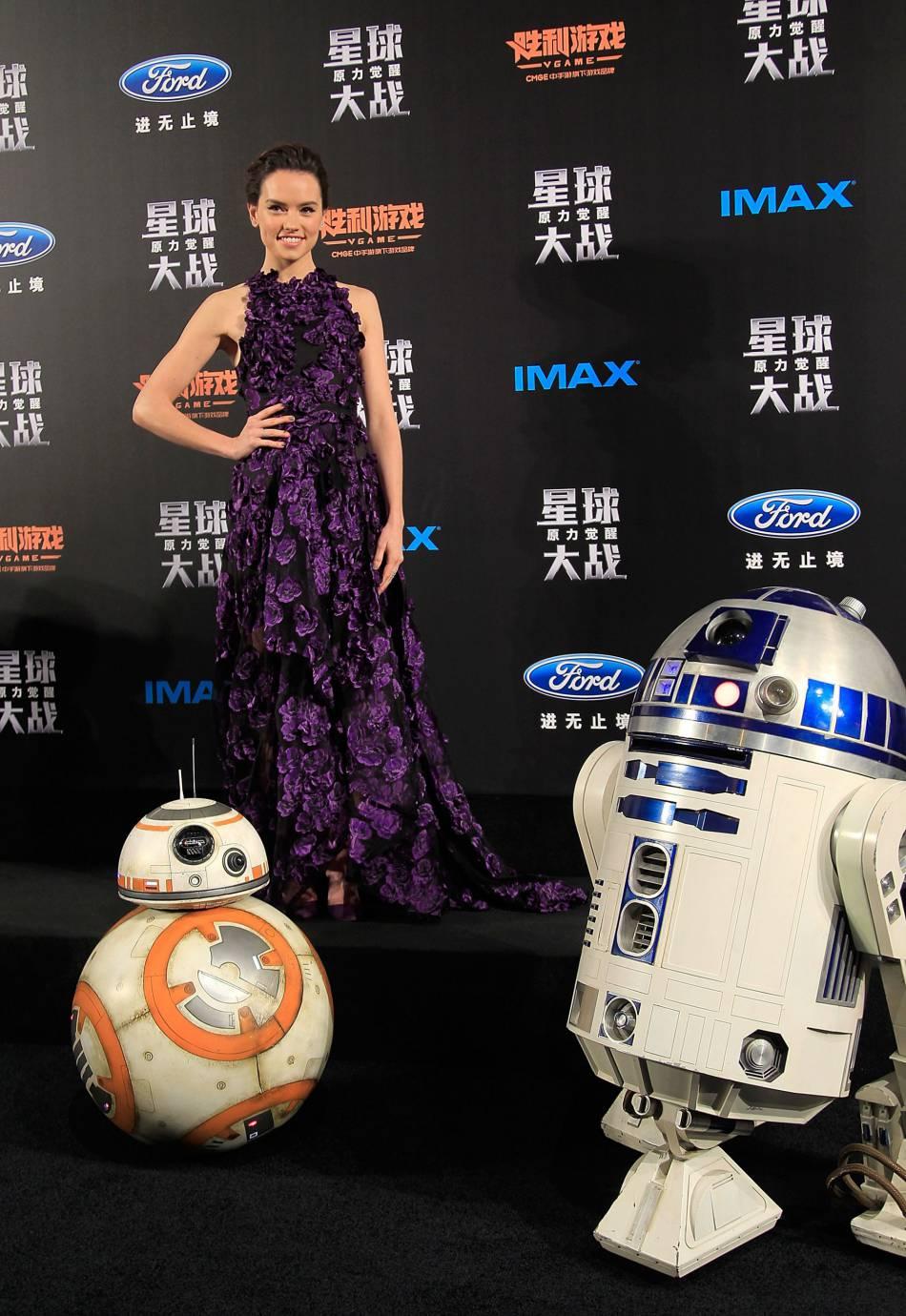 Daisy Ridley habillée par Jason Wu et chaussée par Jimmy Choo.
