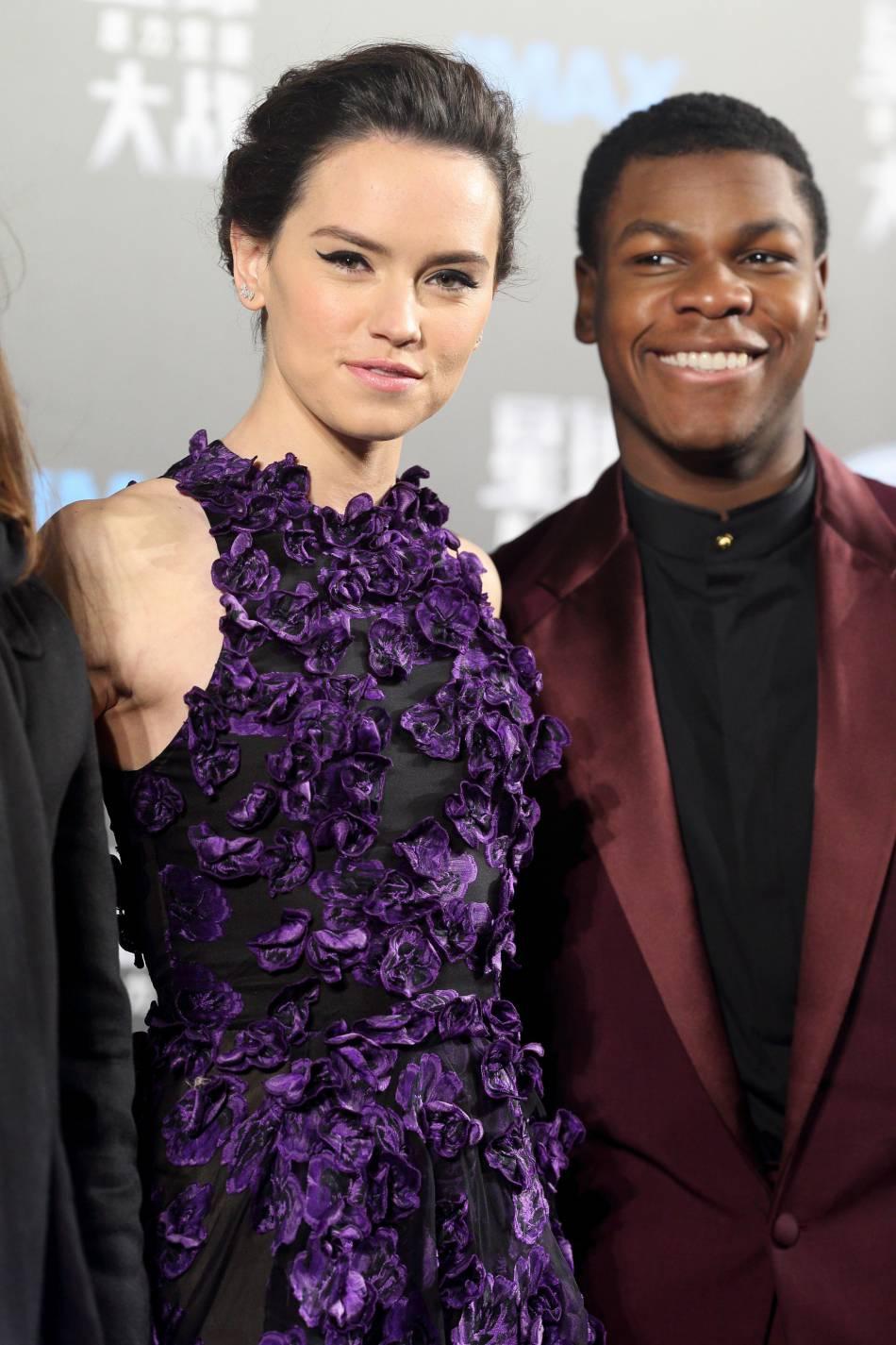 Daisy Ridley et son partenaire dans le film John Boyega.