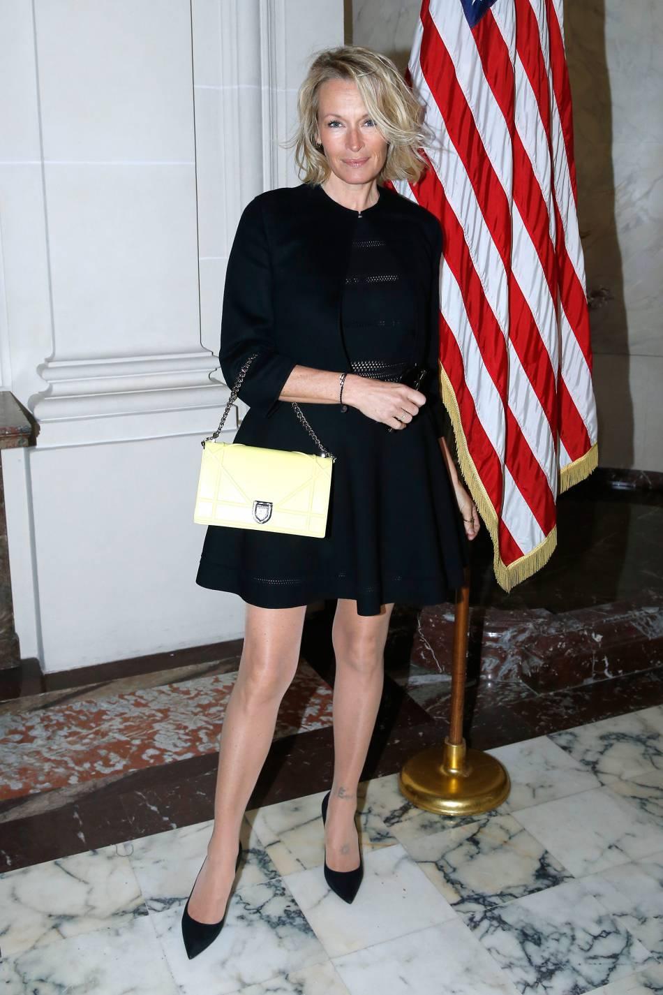 Estelle mise sur une robe et un sac Christian Dior pour un bien joli look.