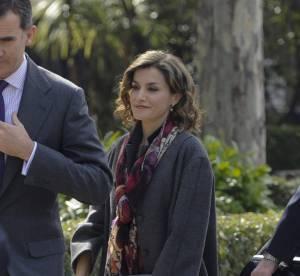 Letizia d'Espagne, overdose de gris : le foulard imprimé sauve sa tenue !