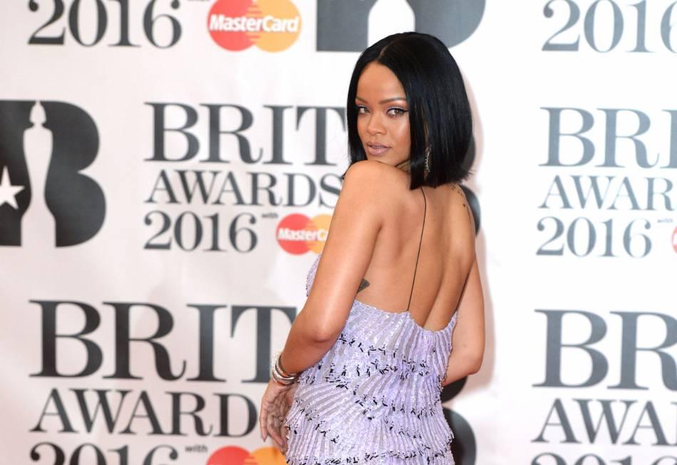"""Rihanna aux Brit Awards 2016 où elle a chanté """"Work"""" en duo avec Drake."""