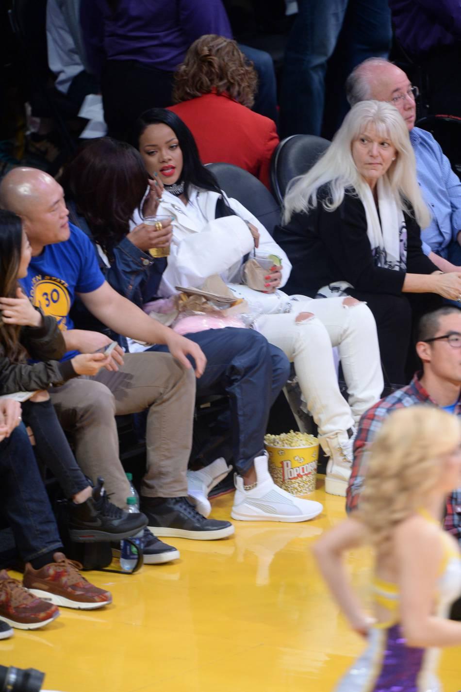 La copine de Rihanna porte les baskets de la chanteuse pour Puma.