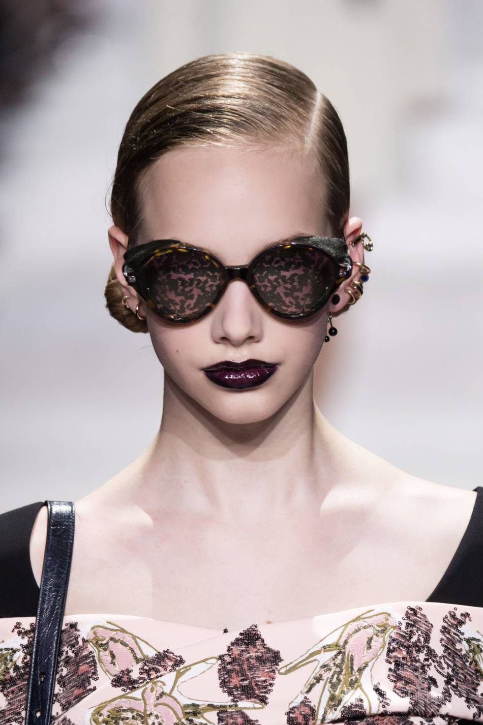 8cf26c3891 Les lunettes mouchetées du show Christian Dior automne-hiver 2016/2017.