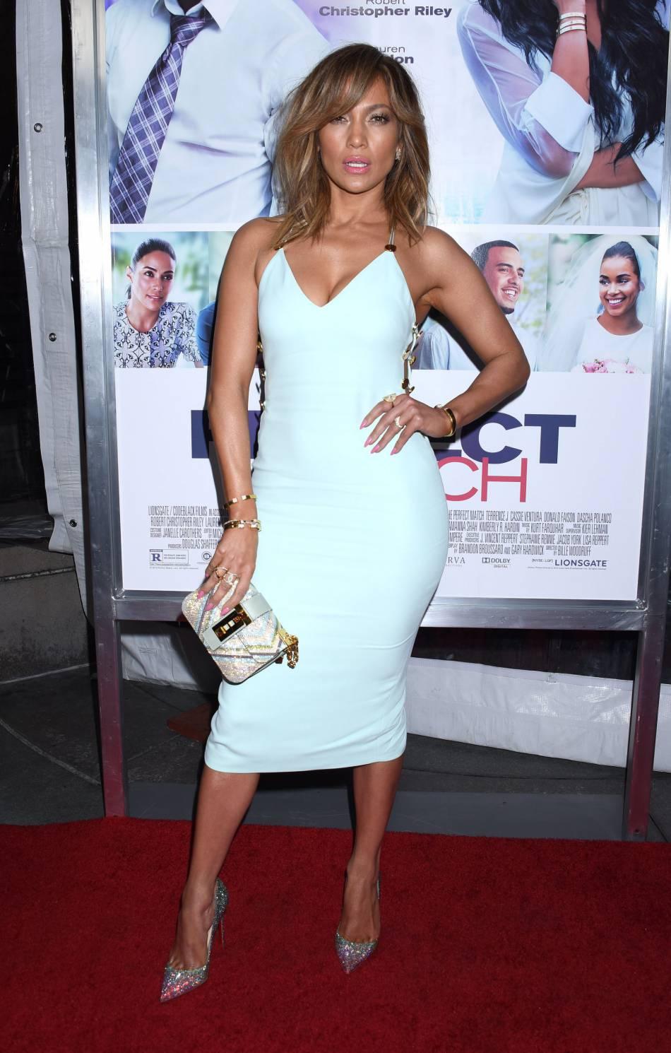 Jennifer Lopez, torride dans sa robe bleu ciel ultra moulante.