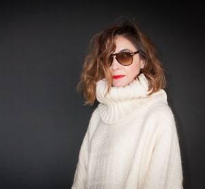 Clotilde Courau : bouche rouge et poncho blanc, son look hivernal chez Valentino