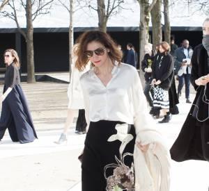 Clotilde Courau : sous son poncho, c'est une chemise satinée et une jupe à imprimés qui se dévoilent.