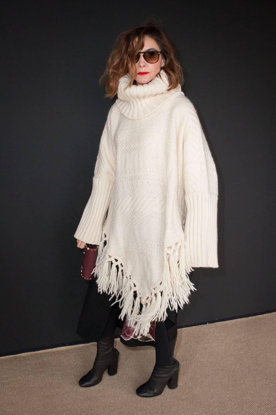 Clotilde Courau et son joli look hivernal, mardi 8 mars au show Valentino.