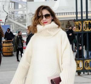Clotilde Courau a opté pour le poncho pour assister à la Fashion Week parisienne.