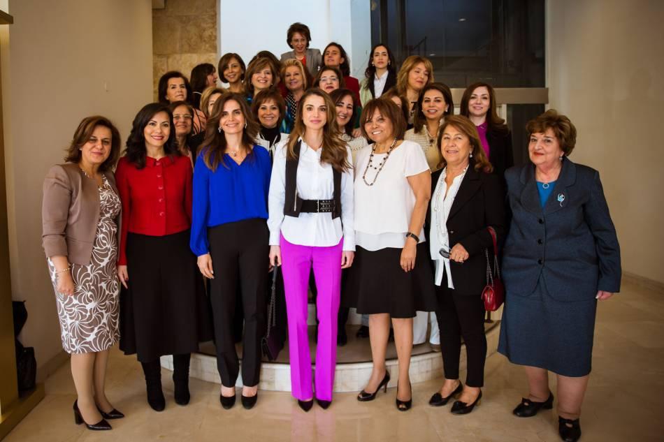 Rania de Jordanie détonne avec son pantalon magenta.