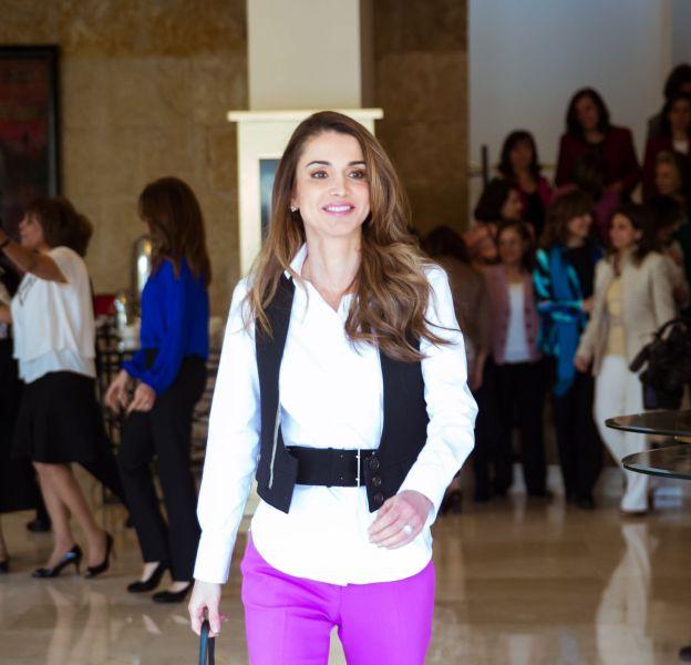 Rania de Jordanie ose le pantalon fluo.