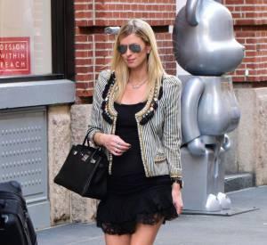 Nicky Hilton opte pour une robe moulante et affiche son baby bump.