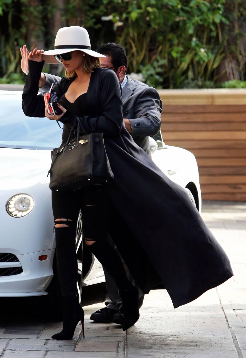 Khloe Kardashian en jean destroy et body hot dans la rue.