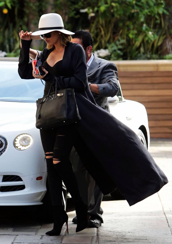 Khloe Kardashian porte un sac Birkin de chez Hermes et une paire de bottines à talons Louboutin.