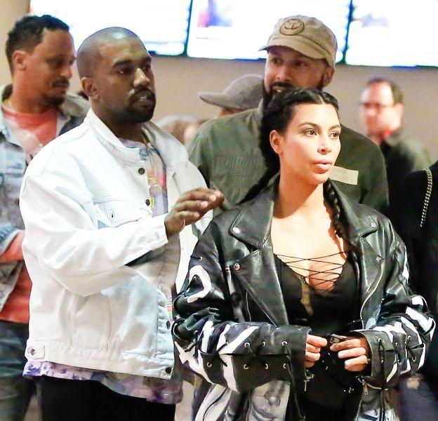 Kim Kardashian de sortie avec son époux le rappeur Kanye West et des amies, au cinéma à Woodland Hills ce samedi 12 mars 2016.