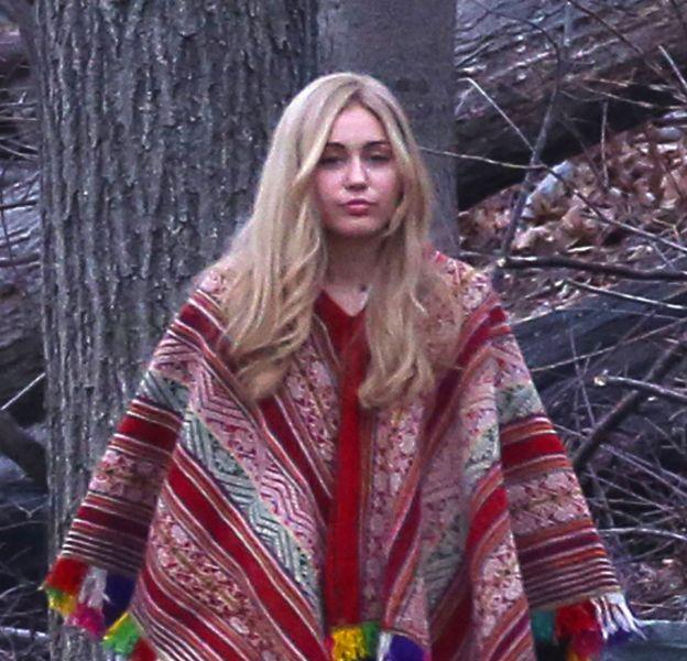 On peine à la reconnaître mais oui, c'est bien Miley Cyrus sous cette perruque blonde.