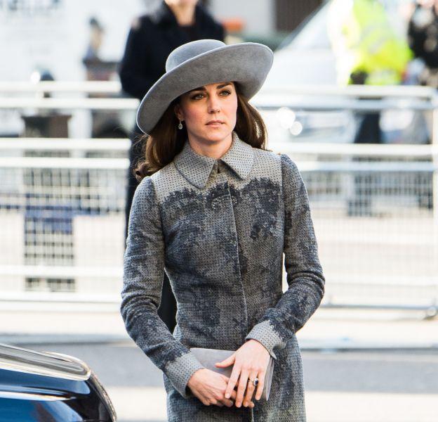 Dans un look tout gris, Kate Middleton a l'air d'avoir dix ans de plus.